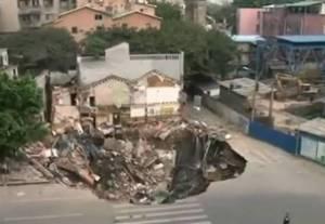 Cratera de 10 metros aberta em Guangzhou, na China(Fotografia retirada do vídeo)