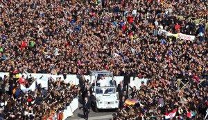 Na última audiência geral a Praça de S. Pedro enche-se de milhares de fiéis(Fotografia da página do facebook: http://www.facebook.com/bento16)