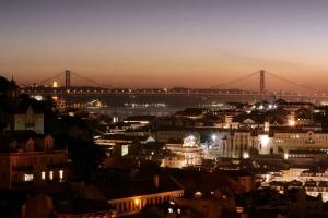 Visão noturna de Lisboa(fonte:www.embarquenaviagem.com)
