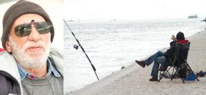 Pescador Jorge Manuel Campos enquanto espera pelo peixe dá comer aos pombos e fuma o seu cigarro