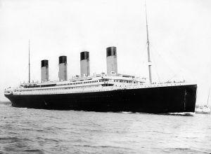 O Titanic é considerado um dos maiores desastres da história da navegação. Mais de 1500 pessoas morreram depois da colisão do navio com um icebergue, no oceano Atlântico, perto da costa do Canadá.Fonte:http://pt.wikipedia.org/wiki/Ficheiro:RMS_Titanic_