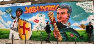 Graffiti critica Relvas e a maçonaria.