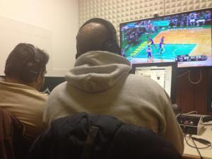 Carlos Barroca e Luis Avelãs a comentar um jogo da NBA
