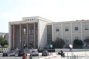 A faculdade de direito passa a ter uma esplanada (Fonte: Wikipedia)