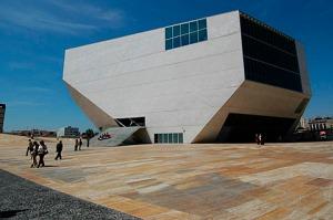 Casa da Música  foi inaugurada na primavera de 2005(Fonte: pimentanegra.blogspot.pt)