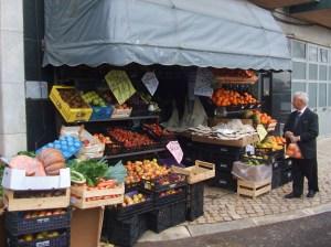 É um bairro com uma vocação para o comercio muito forte e antiga. O supermercados vieram dificultar  vida dos antigos comerciantes de rua.