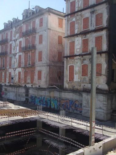 Parque de estacionamento de três andares nas traseiras dos edifícios. O Valor médio de construção por m2 mantém-se nos 483 euros em 2012
