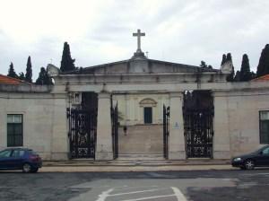 O Cemitério dos Prazeres é o maior da capital portuguesa. Após a cidade de Lisboa ter sido atingida por um surto de cólera morbus, em 1833, foi urgente a criação de um grande cemitério.