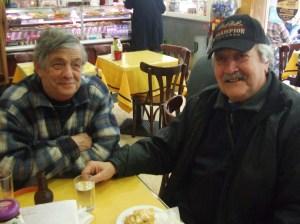 """Os amigos, Mário e Sebastião no """"Meu Café"""", estabelecimento  onde viram pela primeira vez televisão a preto e branco."""