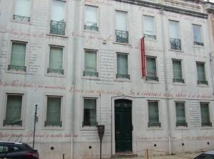O nº 16 da Rua Coelho da Rocha acolheu Fernando Pessoa (o edifício foi remodelado e é hoje um espaço cultural)