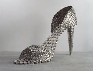"""""""O Sapato"""" é uma escultura feita inteiramente com tampos de panelas. (Fonte: ressabiator.wordpress.com"""