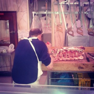 Idalino Carvalho a cortar costeletas