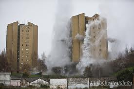 A torre de 13 andares caiu em 5 segundos (Fotografia de: ruioliveiraphotospot.blogspot.com)