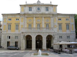 Várias óperas foram canceladas em 2012 devido à falta de verbas (Fonte: Wikipedia)